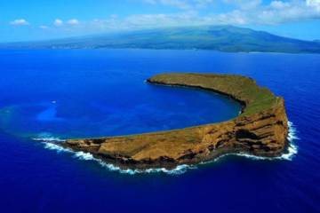 MOLOKINI CRATER: AN UNDERWATER AQUARIUM